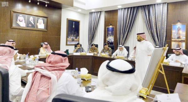 الأمير بدر بن سلطان مترئسا الاجتماع.