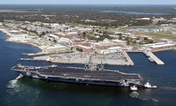حاملة الطائرات يو إس إس جون إف كينيدي لحظة وصولها إلى القاعدة الجوية البحرية في بنساكولا بفلوريدا.