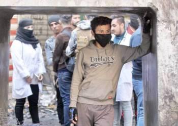 متظاهرون عراقيون في شارع الرشيد في العاصمة بغداد خلال احتجاجات حاشدة أمس. (أ ف ب)
