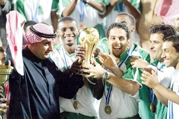 احتفالية لاعبي المنتخب السعودي بكأس الخليج بالكويت.