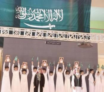 طلاب مشاركون في الحفل.