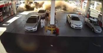 لحظة انفجار خزان محطة الوقود.