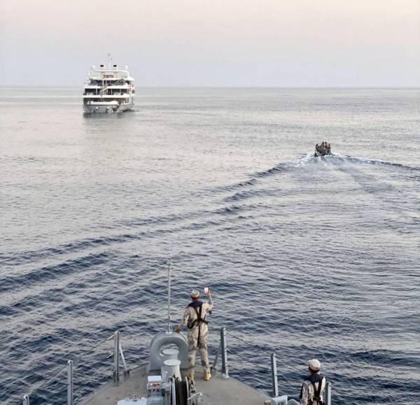 فرق الإنقاذ خلال الإبحار لليخت. (عكاظ)