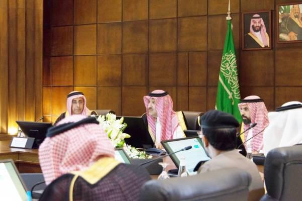 الأمير فيصل بن سلمان مترئساً اجتماع هيئة تطوير المنطقة. (عكاظ)