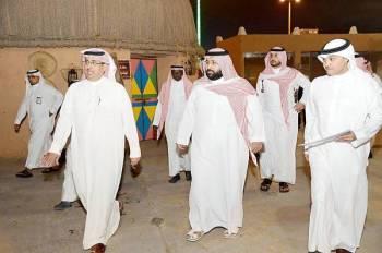 الأمير محمد بن عبدالعزيز متجولا في القرية التراثية بالكورنيش الجنوبي.  (عكاظ)