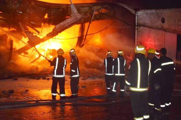 رجال الدفاع المدني يباشرون الحريق.
