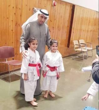 رئيس الاتحاد السعودي للكاراتيه الدكتور إبراهيم القناص مع الفائزات.