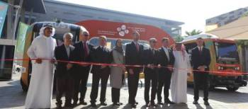 رئيس جامعة «كاوست» محاطاً بالمديرين التنفيذيين للشركات المصممة للحافلات.