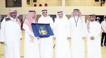 عضو مجلس إدارة نادي الاتحاد إبراهيم بخيت يتوسط فريق المسؤولية الاجتماعية بالنادي.