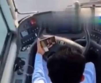 سائق الحافلة يشاهد أفلاما أثناء القيادة.