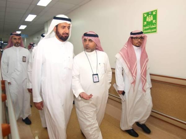 الربيعة أثناء جولته في مستشفى الملك فهد.