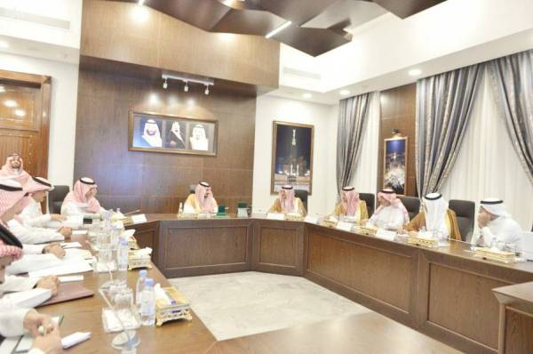 الأمير بدر بن سلطان مترئساً الاجتماع.