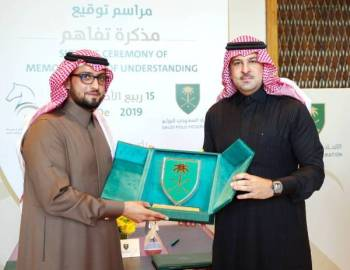 الأمير عبدالله بن فهد وعمرو زيدان عقب توقيع الاتفاقية.