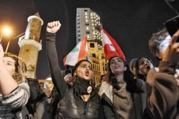 متظاهرات لبنانيات أثناء مسيرة خارج مقر وزارة الداخلية في العاصمة بيروت. (أ.ف.ب)