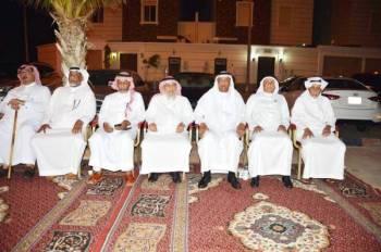 ذوو الفقيدة في مجلس العزاء أمس. (تصوير: عبدالسلام السلمي)
