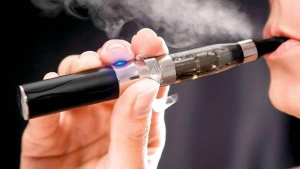 تدخين سجارة إلكترونية