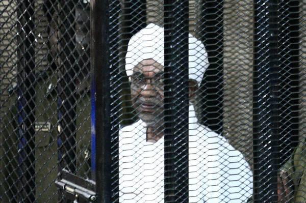 عمر البشير في القفص أثناء إحدى جلسات محاكمته.