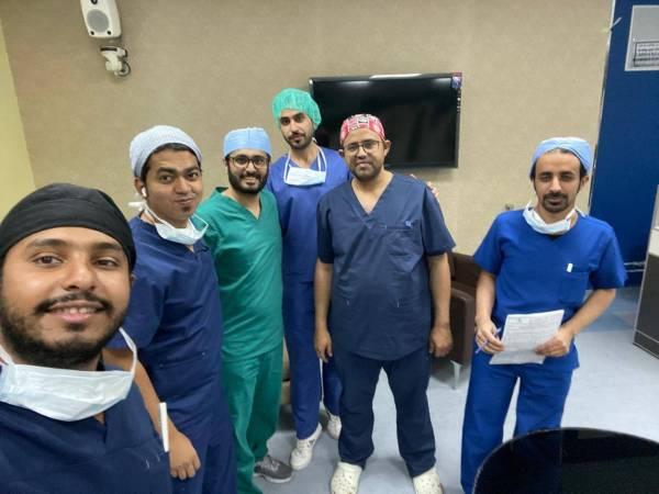 الفريق الطبي الذي أجرى العملية الجراحية.