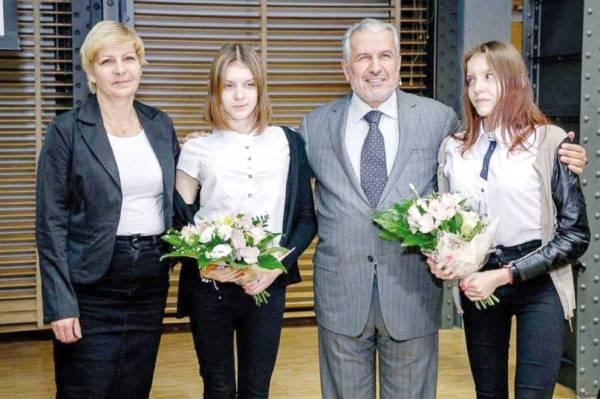 الربيعة مع التوأم البولنديتين أولغا وداريا.
