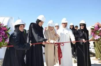 الأميرة لولوة الفيصل تقص شريط المشروع.