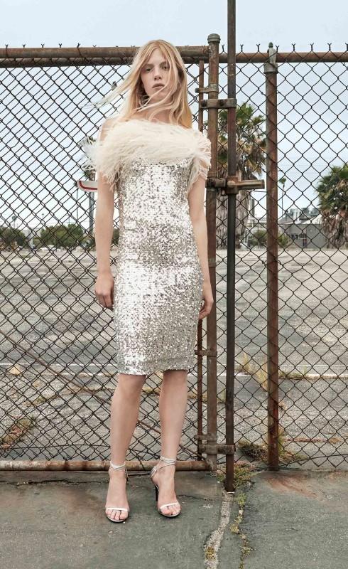 فستان من الترتر الذهبي محلى بريش ناعم