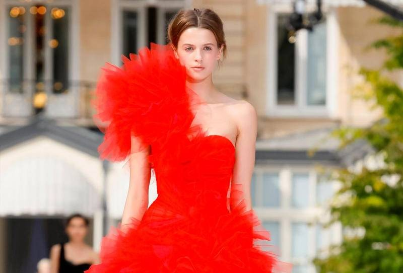 فستان أحمر مكشكش من دار رالف وروسو