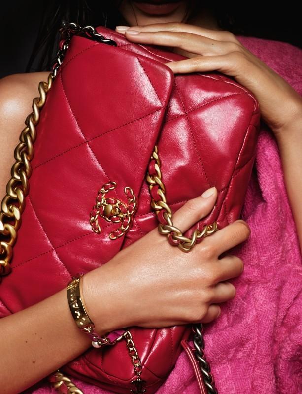 حقيبة عملية من اللون الأحمر