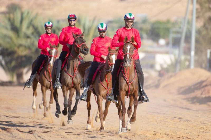 عدد من الفرسان يتأهبون للمشاركة في السباق.