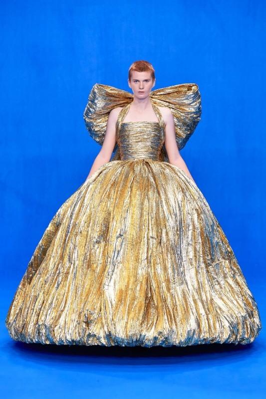 فستان من الذهبي المنفوش تزينه فيونكة ضخمة على الظهر