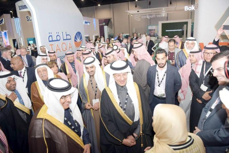 الأمير عبدالعزيز بن سلمان على هامش المؤتمر الدولي لتكنولوجيا البترول.