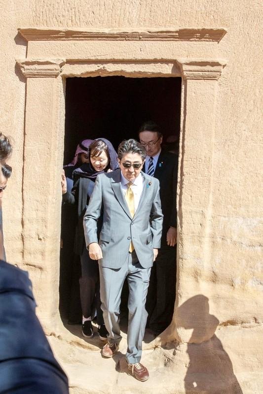 شينزو آبي والوفد المرافق له في مدائن صالح أمس.