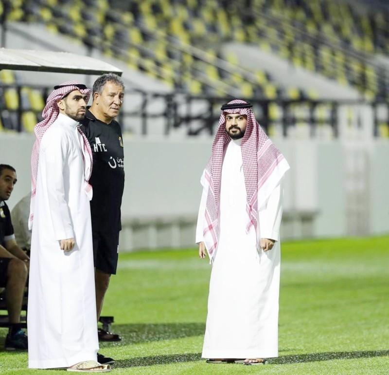 مدرب الاتحاد تين كات وسط رئيس النادي أنمار الحائلي ونائبه أحمد كعكي.