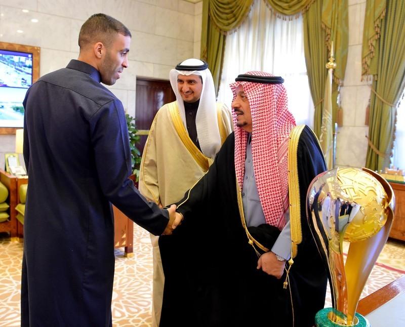 أمير الرياض خلال استقباله فريق النصر