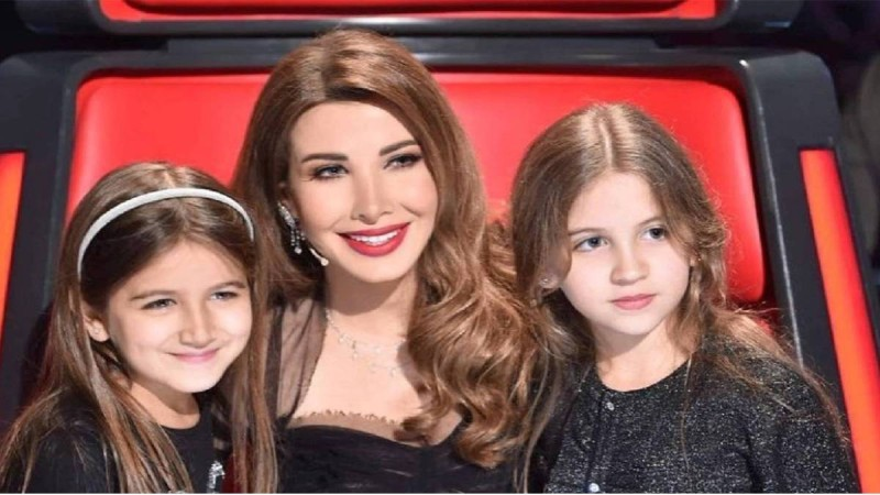 نانسي عجرم مع طفلتيها.