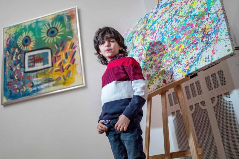 الطفل الألماني ميكيل أكار يقف أمام أعماله في مرسمه الصغير.
