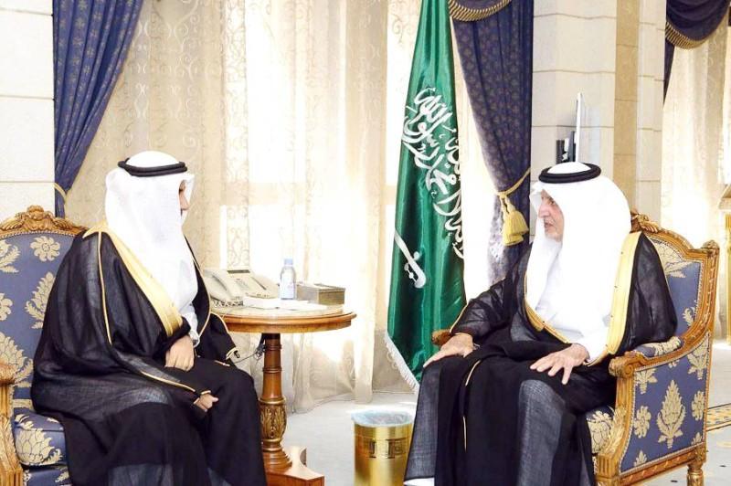 الأمير خالد الفيصل مستقبلا رئيس فرع النيابة بالمنطقة.