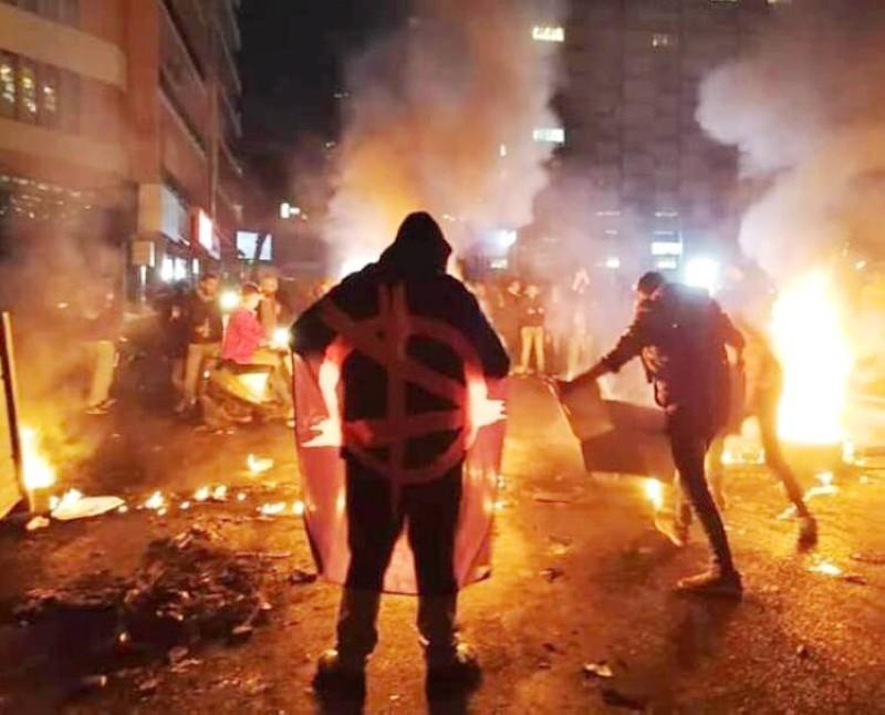 متظاهرون لبنانيون يشعلون الإطارات ويقطعون الطريق في بيروت أمس. (وكالات)