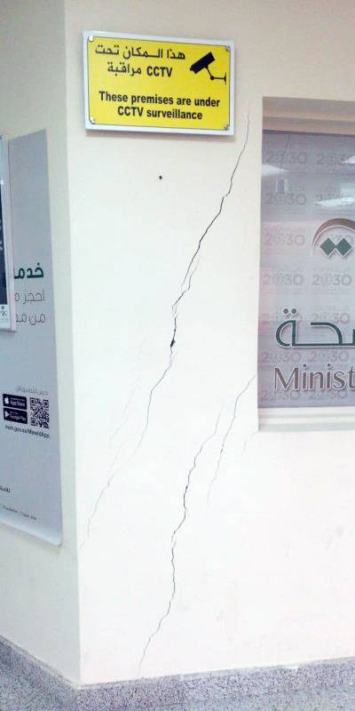 تصدعات وشقوق تظهر في المبنى.