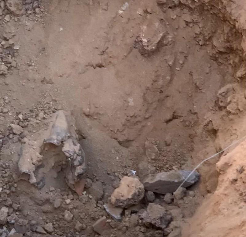 حفرة أحدثها صاروخ حوثي استهدف معسكراً تدريبياً في مارب