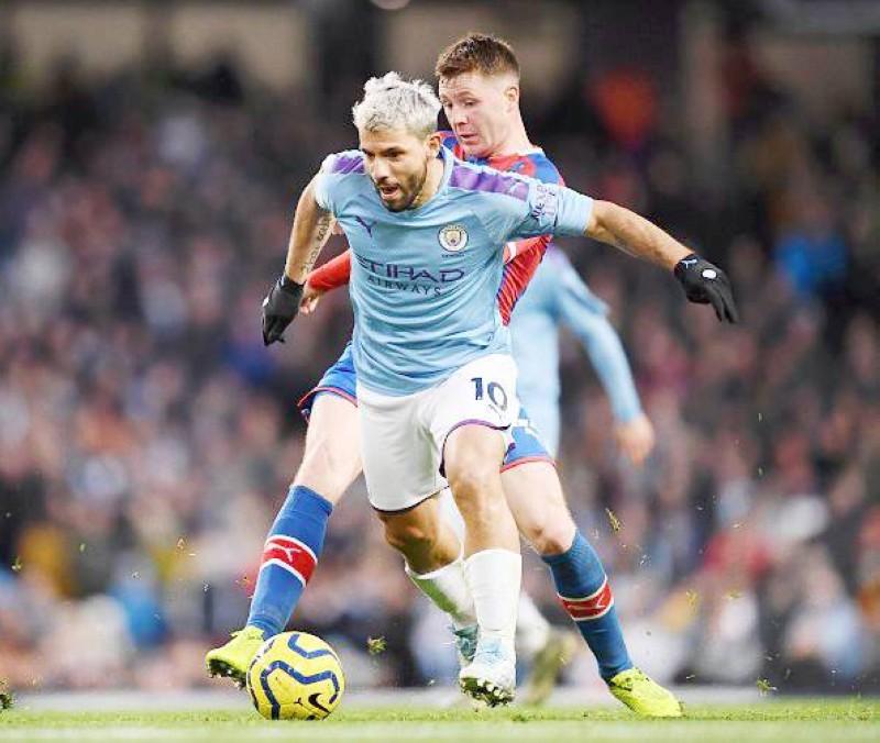 جانب من مباراة مانشستر سيتي وكريستال بلاس أمس الأول السبت في الدوري الإنجليزي.
