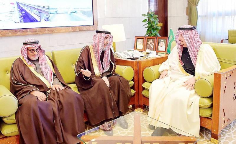 أمير الرياض خلال اللقاء. (عكاظ)