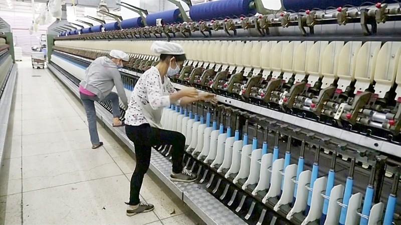 سجلت الصين أضعف وتيرة نمو في 30 عاما، خلال العام الماضي 2019. وفي الصورة تظهر عاملتان بأحد مصانع الغزل والنسيج بالعاصمة بكين.