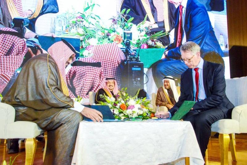 جانب من توقيع الاتفاقية بين الطرفين بحضور أمير الرياض.