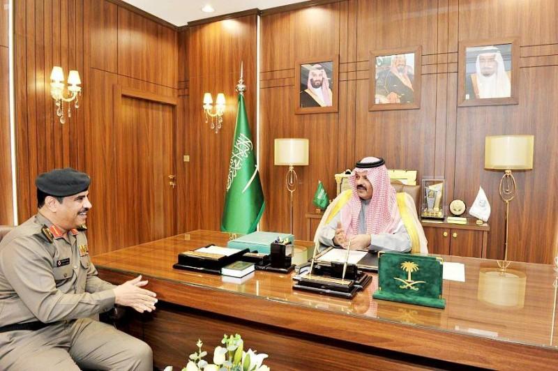 الأمير عبدالعزيز بن سعد مستقبلاً اللواء الدكتور العتيبي.