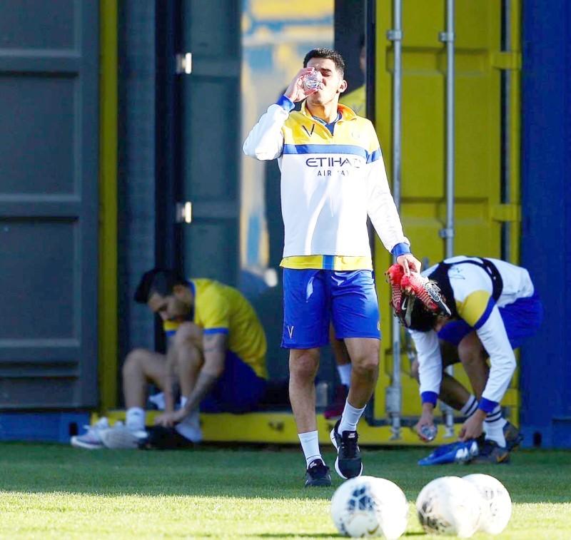 سلطان الغنام يستعد لدخول حصة تدريبية مع فريقه النصر.