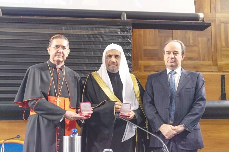تسليم الميداليات التذكارية التقديرية للشيخ العيسى بعد إلقاء المحاضرة.