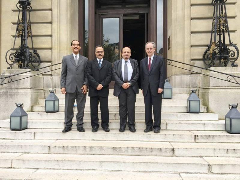 الثنيان في باريس ويبدو نظمي النصر والسفير السابق خالد العنقري وجان لو سامو رئيس كاوست السابق.