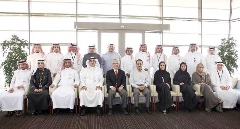 وفي صورة جماعية بمناسبة فوز إدارة الشؤون الحكومية التي يرأسها بالمركز الأول في الجامعة.