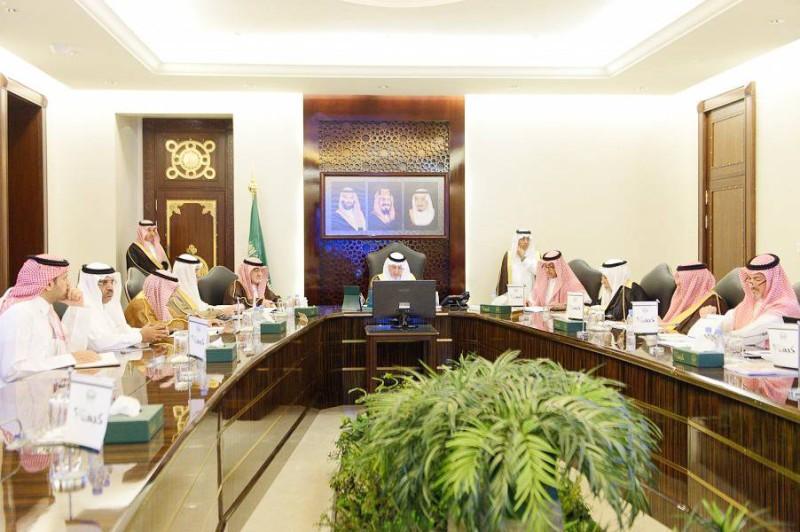 الأمير خالد الفيصل مترئسا اجتماع مجلس النظارة.