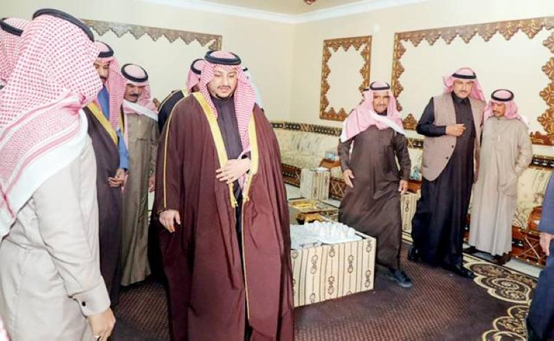 الأمير عبدالعزيز بن فهد مواسيا أسرة القايد. (عكاظ)